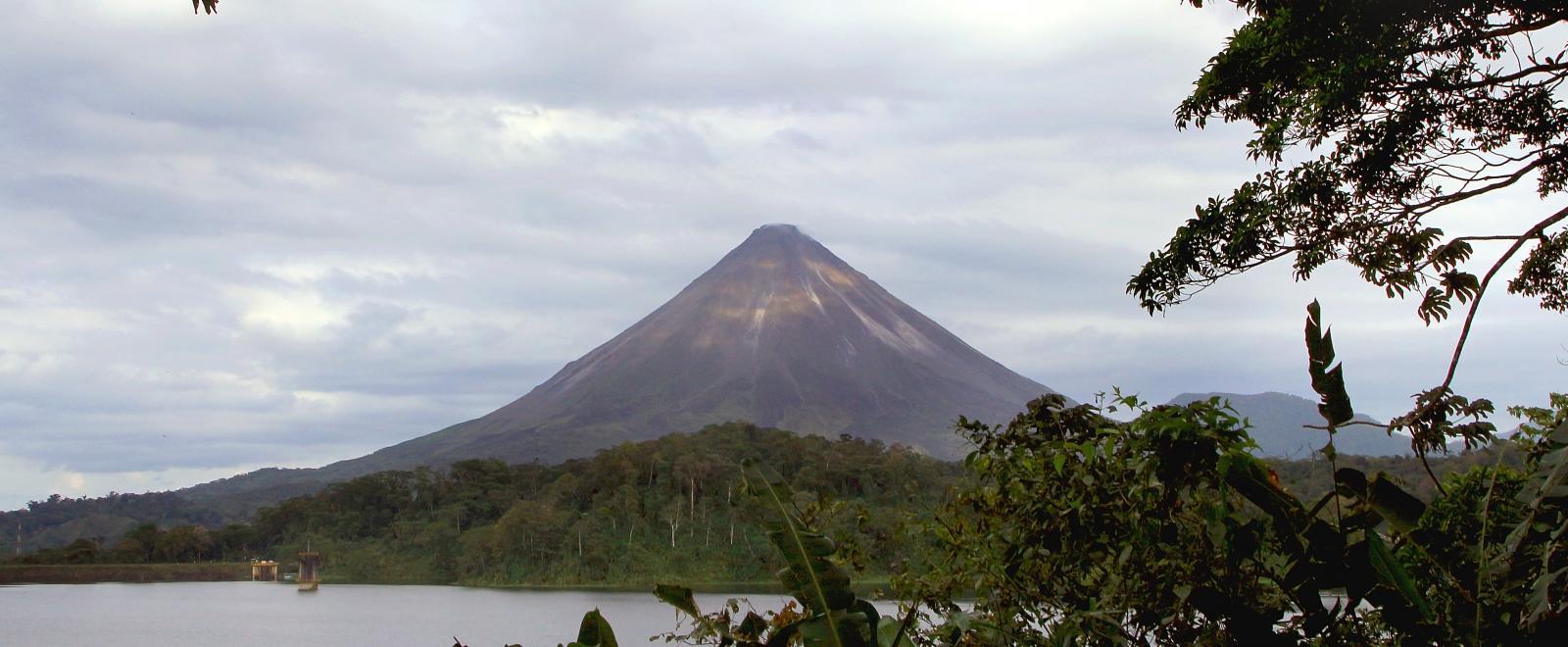 Volcán Arenal en Costa Rica visto desde uno de nuestros voluntariados en Centroamérica.